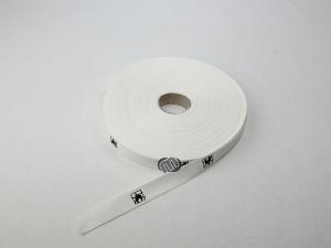Einen Vorhang befestigen mit weißem Bindeband