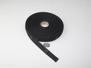 Einen Vorhang befestigen mit schwarzem Bindeband